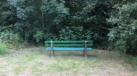 Sitzbank mit Blick ins Grüne