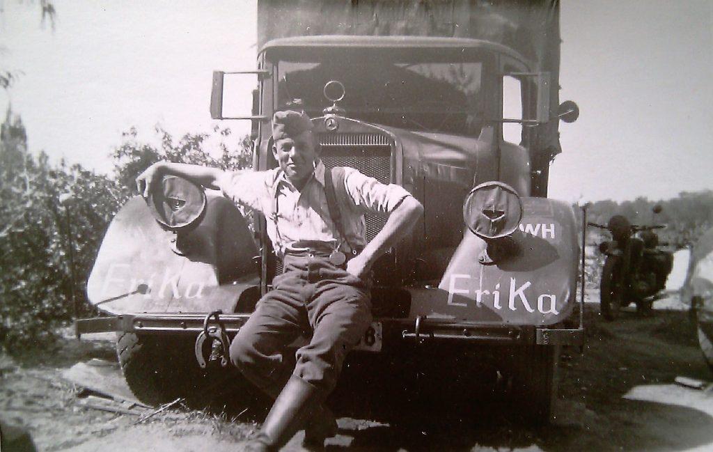 """Vermutlich 1940 in Frankreich: Papa und """"sein"""" LKW mit """"Erika""""-Beschriftung"""